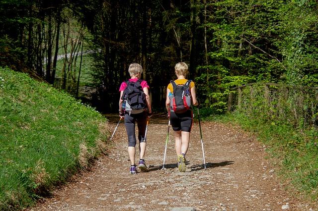 ženy při nordic walkingu.jpg