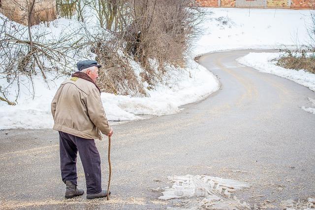 děda na silnici v zimě