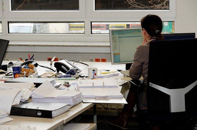 sekretářka v kanceláři
