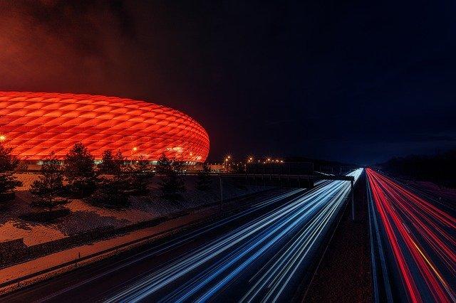 fotbalový stadion v noci