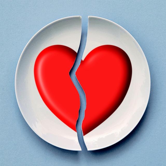 talíř se srdcem zlomený uprostřed