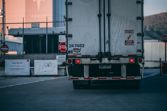 nákladní auto na silnici