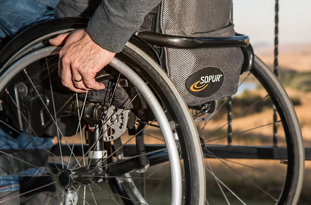 muž a invalidní vozík